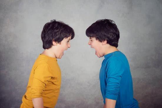 2 adolescentes enfadados
